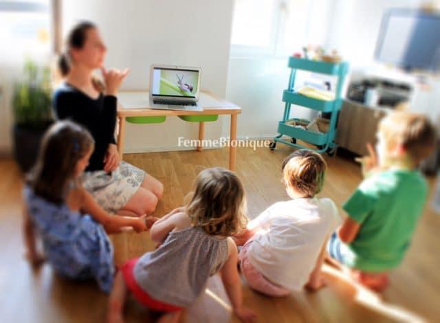 """FemmeBionique signe le mot """"petit"""" en Langue des Signes Française. Les 4 enfants essaient de reproduire le même signe."""