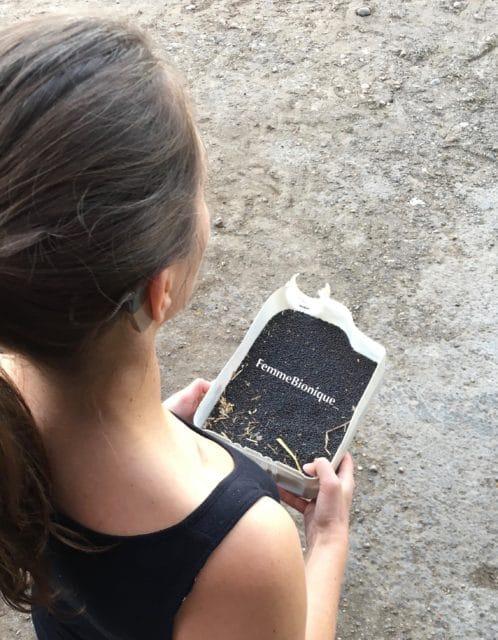 FemmeBionique porte un échantillon de colza.