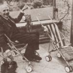 Owen Finlay Maclaren assis dans et à côté de poussette canne, son invention.