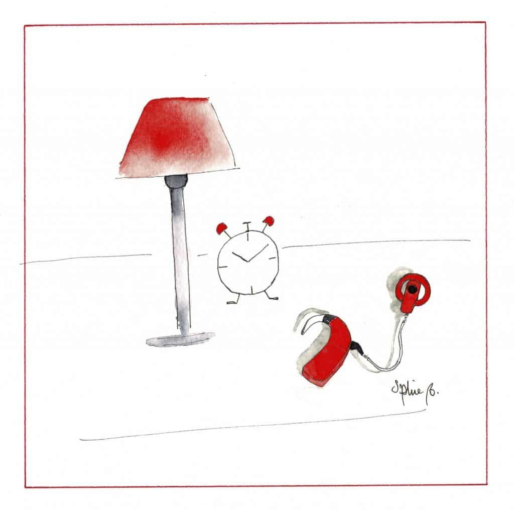 Début de la description de l'aquarelle. Un implant cochléaire rouge est posé sur une table de nuit à côté d'un réveil et d'une lampe avec un abat-jour rouge. Aquarelle signée Sophie B. Fin de la description de la photo.