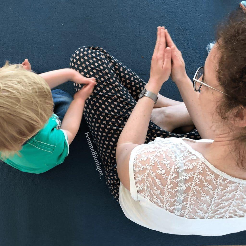 """Début de la description de la photo. Maman et son petit garçon de 2ans signent le mot """"bateau"""". Fin de la description de la photo."""