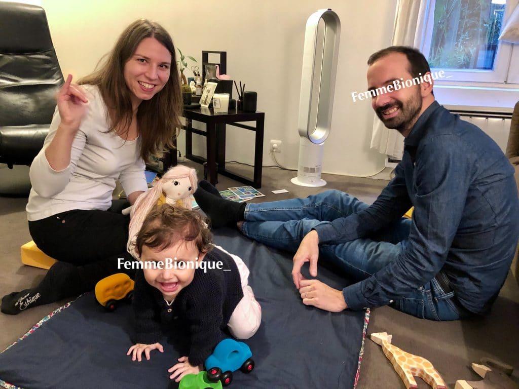 Début de la description de la photo. Clara à un atelier Bébé Signe à Paris avec un papa et sa petite fille. Fin de la description de la photo.