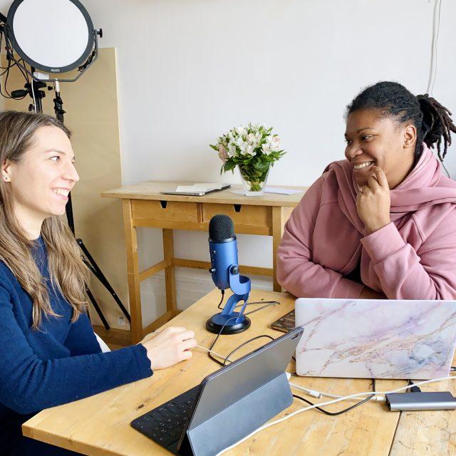 """Début de la description de la photo. Priscilla et Clara en plein enregistrement du podcast """"Handicap et entrepreneuriat"""". Fin de la description."""