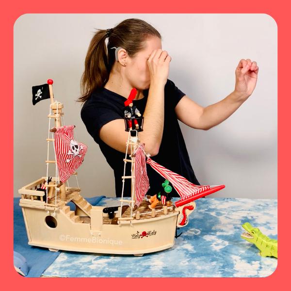 Début de la description de la photo. Clara en train de signer dans son épisode des pirates. Fin de la description.